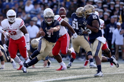 Garret Lewis #7 of the Navy Midshipmen pitches the ball to Tazh Maloy #25 of the Navy Midshipmen during the first half against the Houston Cougars at Navy-Marines Memorial Stadium on October 20, 2018 in Annapolis, Maryland. (Photo by Will Newton/Getty Images)