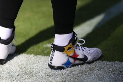 BALTIMORE, MD - NOVEMBER 04: Quarterback Ben Roethlisberger #7 of the Pittsburgh Steelers wears cleats in response to last months mass shooting in Pittsburgh prior to the game against the Baltimore Ravens at M&T Bank Stadium on November 4, 2018 in Baltimore, Maryland. (Photo by Will Newton/Getty Images)