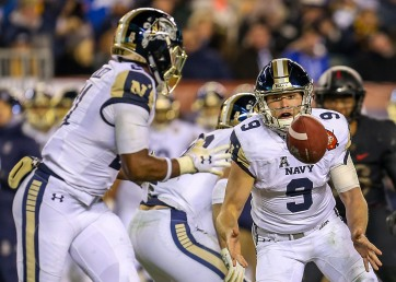 PHILADELPHIA, PA - DECEMBER 8: Zach Abey #9 of the Navy Midshipmen pitches the ball to Tre Walker #21 of the Navy Midshipmen during the second half against the Army Black Knights at Lincoln Financial Field in Philadelphia, PA on December 8, 2018. (Photo by Will Newton)